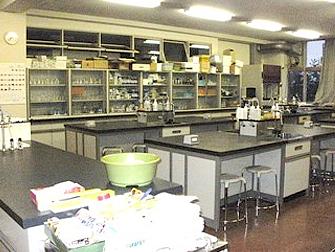 理化学実験室の写真