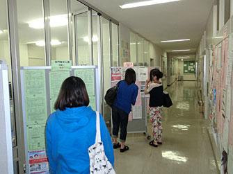 写真:求人票の貼られた通路